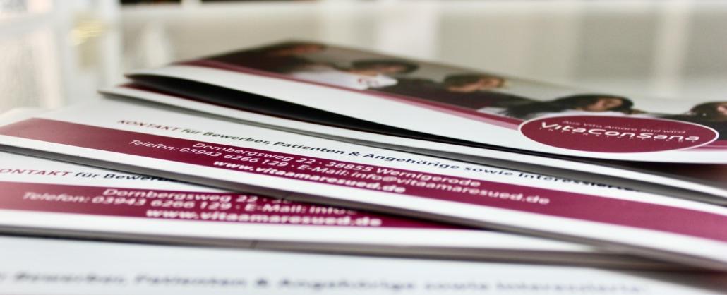 Symbolbild Intensivpflege Jobs VitaConSana: Nahaufnahme Broschüre