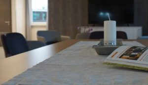 Tisch mit Kerze im Aufenthaltsraum Intensivpflege WG VitaConSana