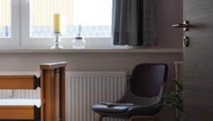 Geöffnete Tür zeigt zum Zimmer der VitaConSana Intensivpflege WG