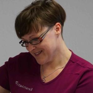 Frau blickt auf Patient Kontakt Intensivpflege WG VitaConSana