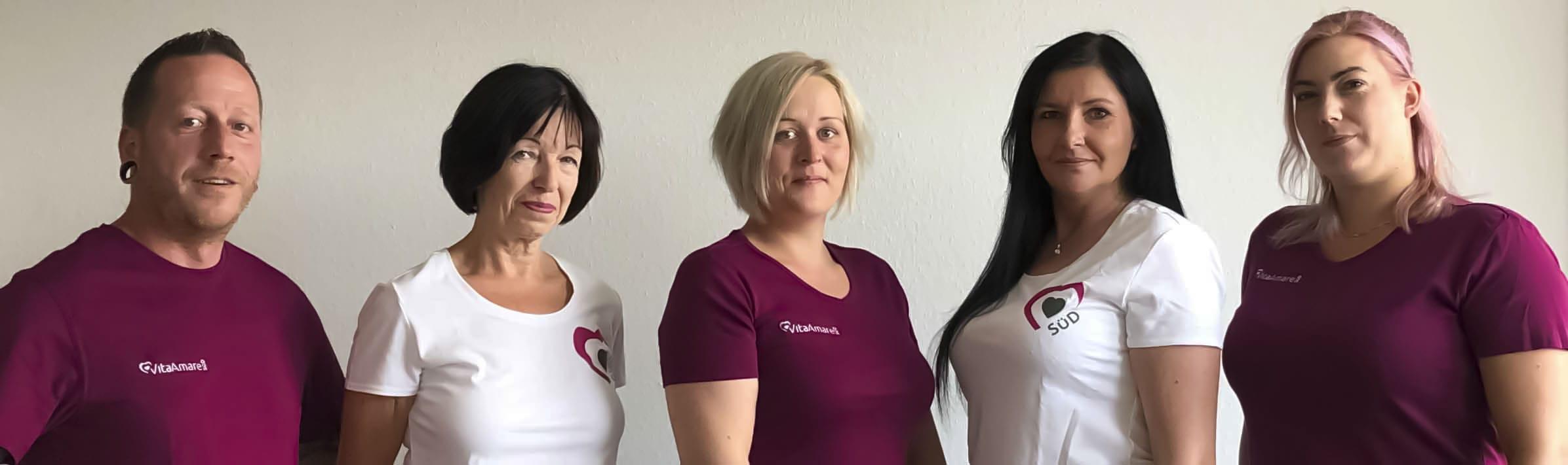 Symbolbild Intensivpflege VitaConSana: Mann und Frauen als Pflegefachkräfte Schulter an Schulter in einer Reihe